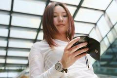 Geschäftsfrauen, die Handy auf Treppe anhalten Stockfotos