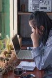 Geschäftsfrauen, die Ideen-Strategie-Arbeitskonzept denken lizenzfreie stockbilder