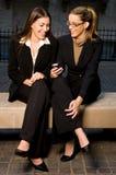 Geschäftsfrauen, die Info teilen Stockfoto