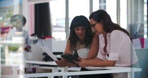 Geschäftsfrauen, die informelle Sitzung im Bürogroßraum haben stock video footage