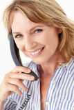 Geschäftsfrauen, die Kamera während am Telefon betrachten Stockfotografie