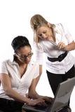 Geschäftsfrauen, die an Laptop arbeiten Lizenzfreie Stockfotos
