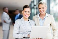 Geschäftsfrauen, die Laptop verwenden lizenzfreie stockfotos
