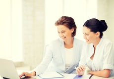 Geschäftsfrauen, die mit Laptop im Büro arbeiten Stockfotos