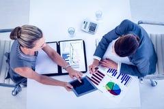 Geschäftsfrauen, die am Schreibtisch zusammenarbeiten Stockbild