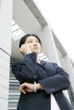 Geschäftsfrauen, die Telefon anhalten Stockfotos