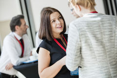 Geschäftsfrauen, die während der Kaffeepause in Konferenzzentrum sprechen Stockfoto