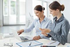 Geschäftsfrauen, die zusammen an einem Laptop arbeiten Lizenzfreies Stockfoto