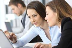 Geschäftsfrauen, die zusammen an Linie arbeiten lizenzfreies stockbild