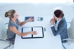 Geschäftsfrauen, die zusammenarbeiten Stockfotografie