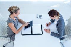 Geschäftsfrauen, die zusammenarbeiten Lizenzfreies Stockfoto