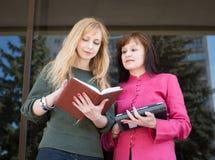 Geschäftsfrauen draußen teamwork Stockfotografie