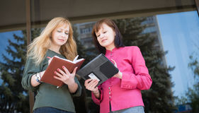 Geschäftsfrauen draußen teamwork Lizenzfreies Stockbild