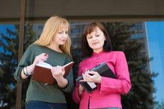 Geschäftsfrauen draußen teamwork Lizenzfreie Stockfotos