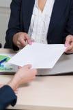 Geschäftsfrauen eine überreicht ein Dokument Lizenzfreie Stockfotos