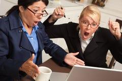 Geschäftsfrauen feiern Erfolg auf dem Laptop lizenzfreies stockbild