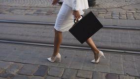 Geschäftsfrauen geht zu einem sity mit einem Aktenkoffer stock video footage