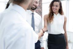 Geschäftsfrauen grüßen sich mit einem Händedruck stockfoto
