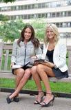 Geschäftsfrauen im Park zusammen stockfotos