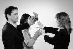 Geschäftsfrauen im Widerspruch zu Mann Stockbilder