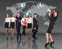 Geschäftsfrauen mit dem Megaphon, das vor Leuten des anderen Sektors steht stockfotos
