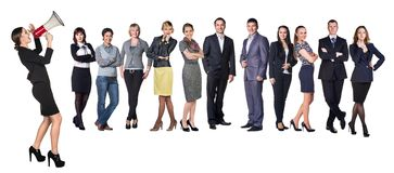 Geschäftsfrauen mit dem Megaphon, das vor Leuten des anderen Sektors steht lizenzfreie stockfotografie