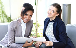 Geschäftsfrauen mit Dokumenten Lizenzfreie Stockfotografie