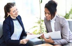 Geschäftsfrauen mit Dokumenten Stockfotografie