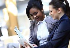 Geschäftsfrauen mit Dokumenten und Ordner Lizenzfreie Stockbilder