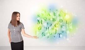 Geschäftsfrauen mit glühendem Buchstabekonzept Lizenzfreies Stockfoto