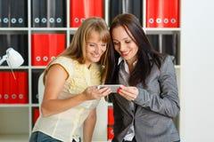Geschäftsfrauen mit Handy. Lizenzfreie Stockfotografie