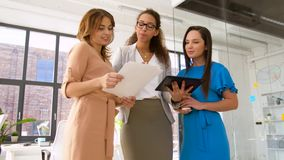 Geschäftsfrauen mit Tabletten-PC und Diagramme im Büro stock video