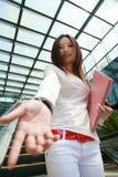 Geschäftsfrauen rütteln Hände Stockbild