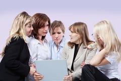 Geschäftsfrauen sprechen zusammen Stockbilder