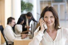 Geschäftsfrauen am Telefon Stockfotografie