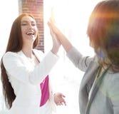 Geschäftsfrauen zeigen ihren Erfolg lizenzfreie stockfotografie