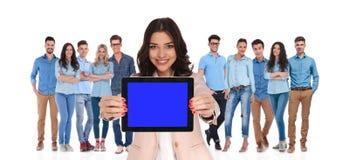 Geschäftsfrauführer der Gruppe leeren Bildschirm der Tablette zeigend Stockfotos
