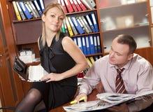Geschäftsfrauflirts mit ihrem männlichen Kollegen Stockfotos