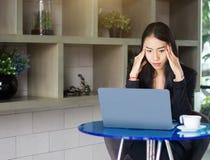 Geschäftsfraufokusarbeit über Laptop mornitor stockfotografie