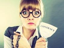 Geschäftsfraufrauenende, das Vertrag bricht Stockbild
