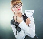 Geschäftsfraufrauenende, das Vertrag bricht Lizenzfreies Stockbild