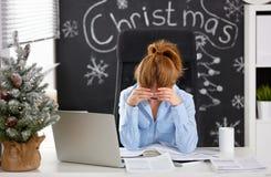 Geschäftsfraufreiberufler ermüdete, im Druck mit Kopfschmerzenfunktion lizenzfreie stockfotografie