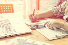 Geschäftsfraugebrauchslaptop, der im Büroraum arbeitet Lizenzfreies Stockbild