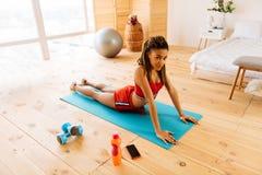 Geschäftsfraugefühl aktiv und aufgeregt nach Morgengymnastik lizenzfreies stockbild