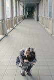 Geschäftsfraugefühl hilflos und Traurigkeit stockbild