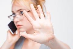 Geschäftsfraugespräch auf Telefonwartezeit fünf Minuten Stockfoto