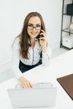 Geschäftsfraugespräch am Telefon im Büro Lizenzfreies Stockbild