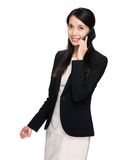 Geschäftsfraugespräch zum Handy Stockfoto