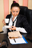 Geschäftsfraugetränkkaffee und gelesen den Nachrichten lizenzfreies stockfoto