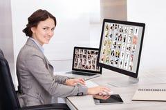 Geschäftsfraugrasenbilder Stockbild